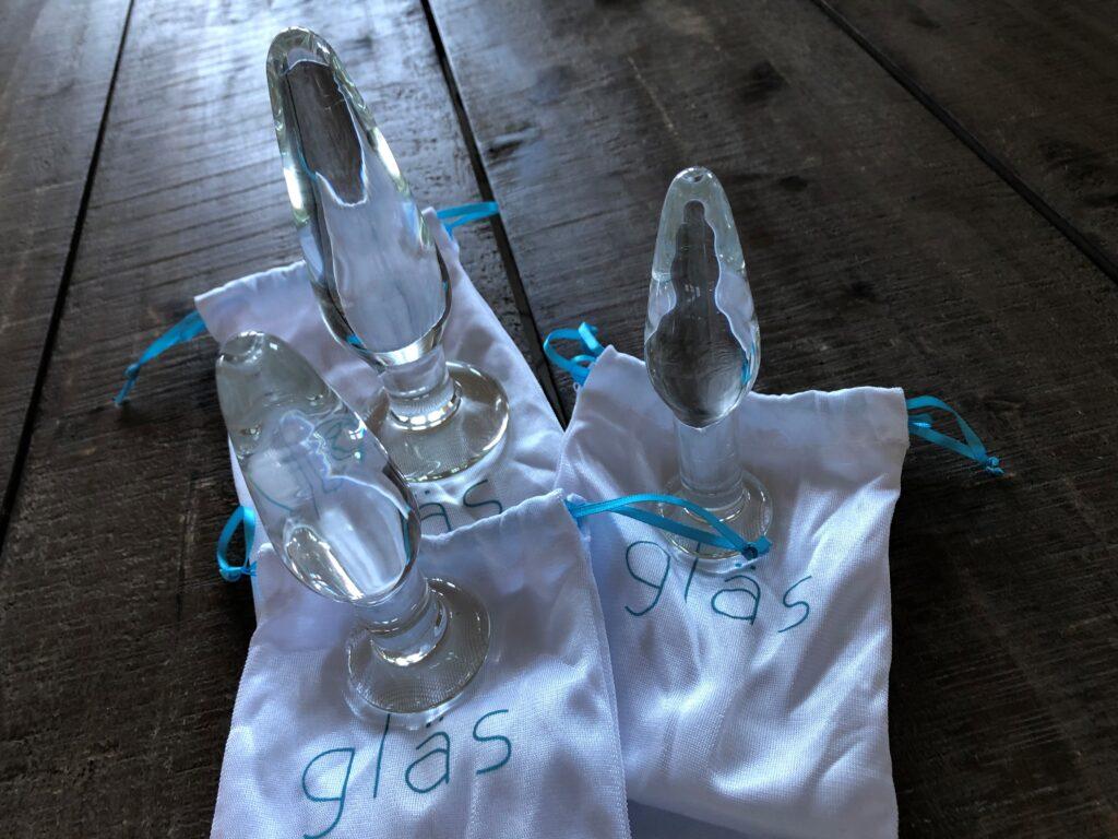 glas anal plugs med stilhørende satinposer